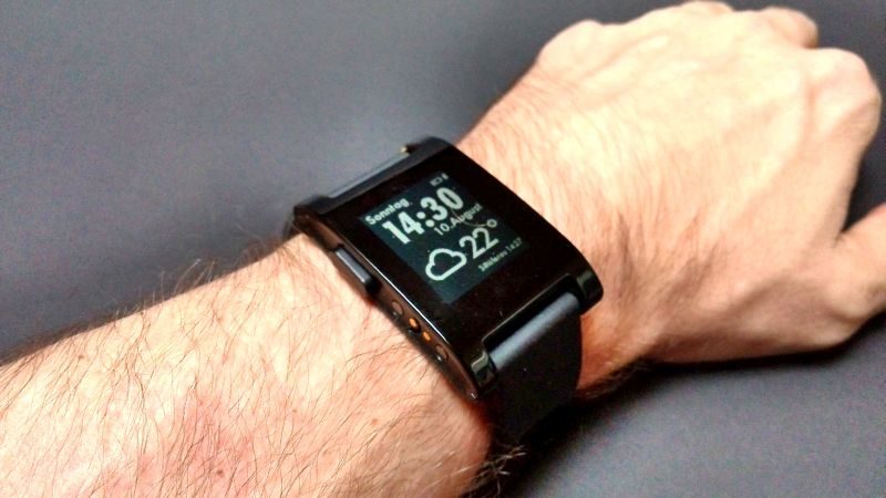 Die Pebble Smartwatch am Handgelenk