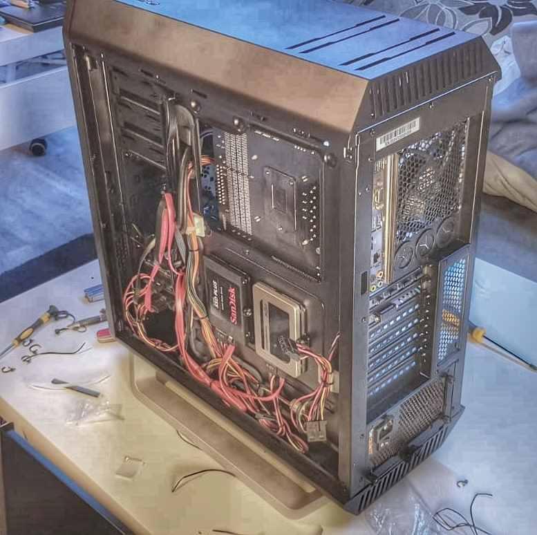 Installierte SSD und eine noch etwas wüste Verkabelung - beQuiet Silent Base 800